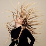 Gorgonkwal in kerker Jonge vrouw met creatief fantasiekapsel stock foto