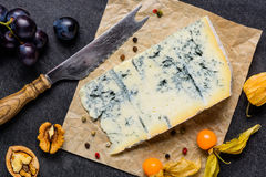 Gorgonzola μπλε φορμών τυρί με τα φρούτα Στοκ Φωτογραφίες