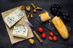Gorgonzola μπλε φορμών τυρί με τα τρόφιμα Στοκ Εικόνες