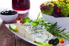 Gorgonzola med salat och oliv Royaltyfria Foton