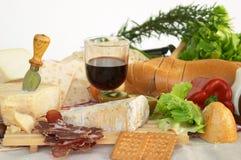 Gorgonzola, parmezaan, pecorinokaas, met wijn en brood royalty-vrije stock foto's