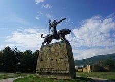 Gori-Mann-Reiten auf Lion Soviet Style Statue lizenzfreie stockbilder