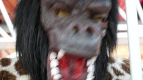 Gorilas peligrosos y malvados en la jaula metrajes