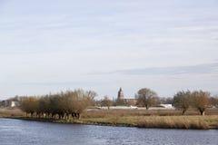 Gorinchem holandés de la ciudad visto del otro lado del río Merwede con Imagen de archivo libre de regalías