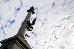 Gorizontal倾斜了专栏纪念碑照片从向下的 免版税库存照片