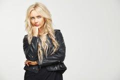 Gorizontal-Bild der jungen blonden Frau wird mit dem misstrauischen und die Stirn runzelnden Blick auf ihrem Gesicht verwechselt  Stockfoto