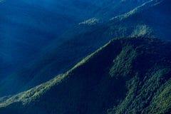 Gorki Gorod, Sotchi, Rusland 30 September 2017 Landschap met bergen door bos worden behandeld dat Royalty-vrije Stock Fotografie