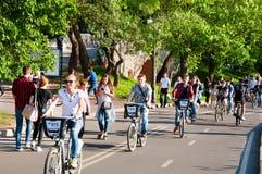 Gorky Central Park культуры и отдыха вполне locals, людей едет велосипеды стоковое изображение