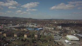 Gorlice, Polen - 3 9 2019: Industriegebied van de Karpatische stad Hoogste mening van de raffinaderij en de hulpgebouwen stock video