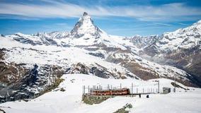 Gornergrat铁路在策马特和惊人的马塔角在背景中,瑞士 免版税库存图片