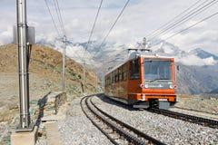 Gornergratbahn auf seiner Methode zum Gornergrat Gipfel stockfotografie