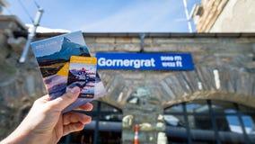 Gornergratboekje en kaartje ter beschikking door het Gornergrat-hoogteteken in Gornergrat stat Royalty-vrije Stock Afbeeldingen