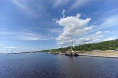 Gorodets, Rússia - 2 de junho 2016 Guindastes no cais da carga em Gorodets sobre a entrada Foto de Stock