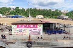 Gorodets, Rusland - 2 juni 2016 Het schilderen en de peperkoek van winkelgorodets op de banken van de Volga Rivier dichtbij de Ga Royalty-vrije Stock Foto