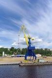 Gorodets, Russland - 2. Juni 2016 Blauer Portalkran mit einem gelben Pfeil auf dem Frachtkai in Gorodets über Zugang Lizenzfreie Stockbilder