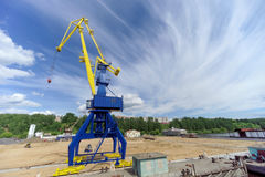 Gorodets, Russland - 2. Juni 2016 Blauer Portalkran mit einem gelben Pfeil auf dem Frachtkai in Gorodets über Zugang Lizenzfreies Stockfoto