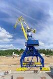 Gorodets, Russland - 2. Juni 2016 Blauer Portalkran mit einem gelben Pfeil auf dem Frachtkai in Gorodets über Zugang Stockfotos