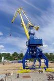 Gorodets, Russland - 2. Juni 2016 Blauer Portalkran mit einem gelben Pfeil auf dem Frachtkai in Gorodets über Zugang Lizenzfreies Stockbild