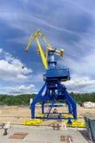 Gorodets, Russland - 2. Juni 2016 Blauer Portalkran mit einem gelben Pfeil auf dem Frachtkai in Gorodets über Zugang Stockfotografie