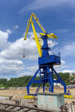Gorodets, Russland - 2. Juni 2016 Blauer Portalkran mit einem gelben Pfeil auf dem Frachtkai in Gorodets über Zugang Lizenzfreie Stockfotos