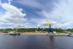 Gorodets, Russland - 2. Juni 2016 Blauer Portalkran mit einem gelben Pfeil auf dem Frachtkai in Gorodets über Zugang Stockbilder