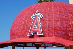 Gorra de béisbol de gran tamaño icónica en el Angel Stadium of Anaheim Entran Fotos de archivo libres de regalías