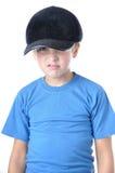 Gorra de béisbol que desgasta del muchacho caucásico joven fotos de archivo