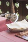 Gorrión en una tabla del restaurante Imagenes de archivo