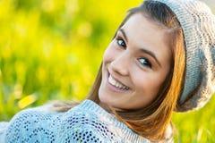 Gorrita tejida que desgasta de la muchacha linda al aire libre. Imágenes de archivo libres de regalías