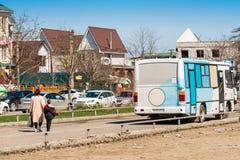 GORYACHY KLYUCH,俄罗斯- 2017年3月30日:在城市街道上的公共汽车 复制文本的空间 库存图片