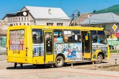 GORYACHY KLYUCH, RUSIA - 30 DE MARZO DE 2017: Autobús en la calle de la ciudad Copie el espacio para el texto imagen de archivo