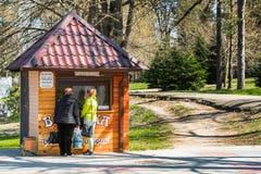 GORYACHY KLYUCH, RUSSLAND - 30. MÄRZ 2017: Gebäudeansicht im Stadtpark Kopieren Sie Raum für Text Stockfotos