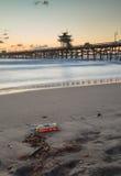 Gorzała na plaży przy zmierzchem fotografia royalty free