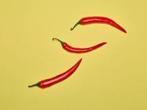 Gorzka chili papryka na żółtym tle i pieprz Zdjęcia Royalty Free