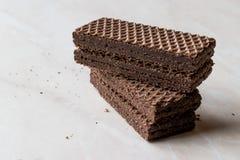 Gorzkiej czekolady opłatki na Ceramicznej powierzchni obraz royalty free