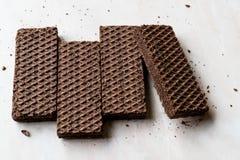 Gorzkiej czekolady opłatki na Ceramicznej powierzchni zdjęcia royalty free