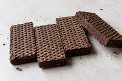 Gorzkiej czekolady opłatki na Ceramicznej powierzchni obraz stock