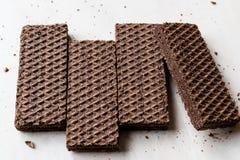Gorzkiej czekolady opłatki na Ceramicznej powierzchni obrazy royalty free
