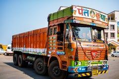 Gos Indien - 2019 Färgrik lastlastbil under en blå himmel för sommar med rika dekorativa målningar som är typiska för lastbilarna royaltyfri fotografi
