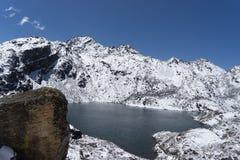 Gosaikunda湖在尼泊尔迁徙的旅游业方面 图库摄影