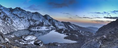 Gosaikunda湖在尼泊尔迁徙的旅游业方面 免版税图库摄影
