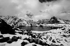 Gosaikunda - en djupfryst sjöhöjdpunkt upp i Himalayas, i Nepal den Langtang nationalparken Arkivbilder