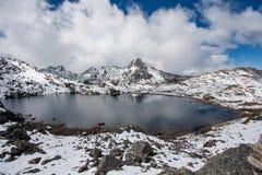 Gosaikunda - en djupfryst sjöhöjdpunkt upp i Himalayas, i Nepal den Langtang nationalparken Royaltyfri Bild