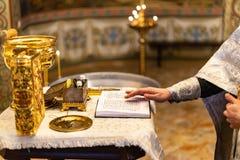 Gospel à moda dourado na igreja ortodoxa imagens de stock