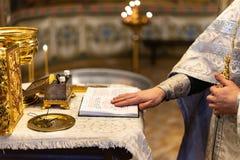 Gospel à moda dourado na igreja ortodoxa foto de stock