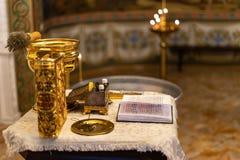 Gospel à moda dourado na igreja ortodoxa fotos de stock