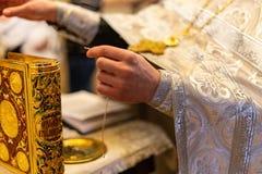 Gospel à moda dourado na igreja ortodoxa imagem de stock