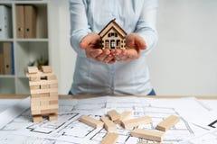 Gospodarka podatek, asekuracyjny ryzyko, konsument i konsumeryzmu pojęcie, Architekt dama lub maklera kierownik w jej formalnej o obraz stock