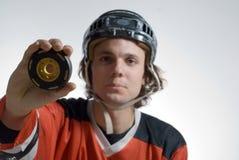 gospodarstwa hokejowego gracza puck poziomy Zdjęcia Royalty Free