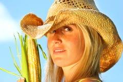 gospodarstwa kukurydzana kobieta Fotografia Royalty Free